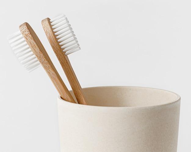 Brosses à dents en bambou dans eco cup copiez l'espace, gros plan. concept zéro déchet.
