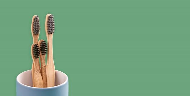 Brosses à dents en bambou dans un support en céramique bleue