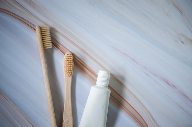 Brosses à dents en bambou avec dentifrice naturel