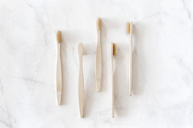 Brosses à dents en bambou écologiques sur fond de marbre