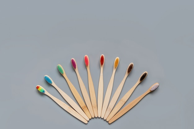 Brosses à dents en bambou sur fond gris vue de dessus