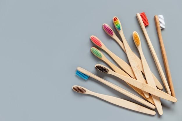 Brosses à dents en bambou sur gris
