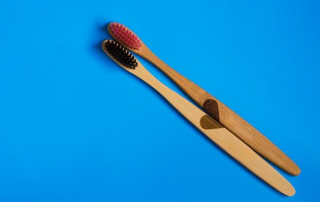 Brosses à dents en bambou naturel eco sur fond bleu. pose plate zéro déchet 6
