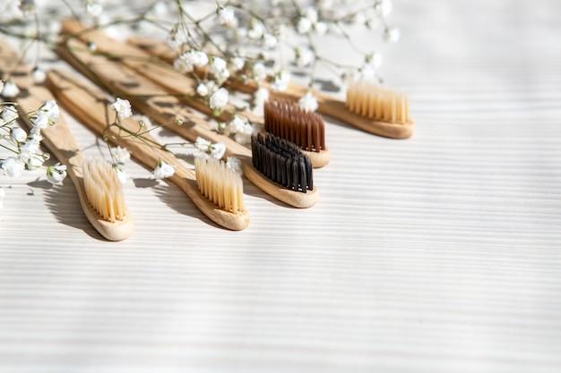 Brosses à dents en bambou naturel sur un tableau blanc
