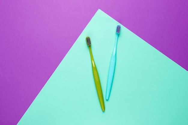 Brosses à dents bleues et vertes sur papier de couleur
