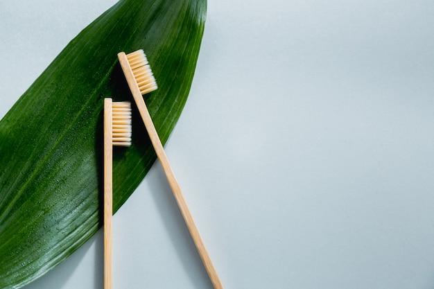 Brosses à dents en bois de bambou sur pastel