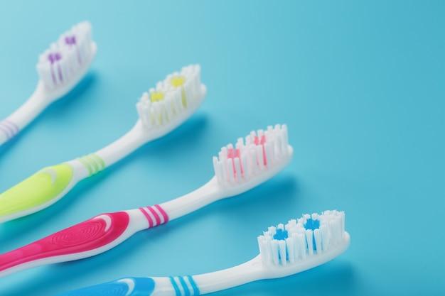 Brosses à dents colorées pour la famille sur une surface bleue