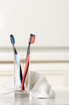 Brosses à dents dans une serviette en verre et blanc