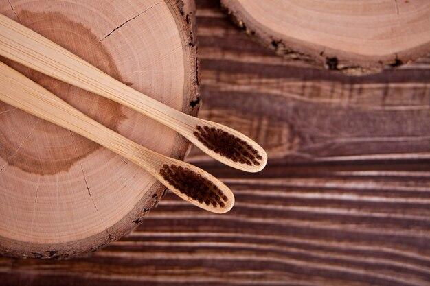 Brosses à dents écologiques en bambou sur la planche de bois. zero gaspillage.