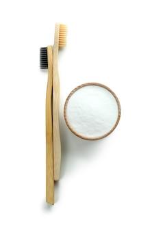 Brosses à dents écologiques et poudre dentaire isolated on white