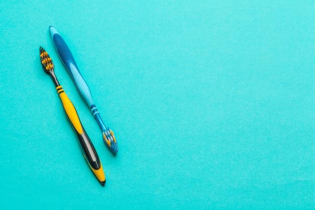 Brosses à dents sur fond bleu