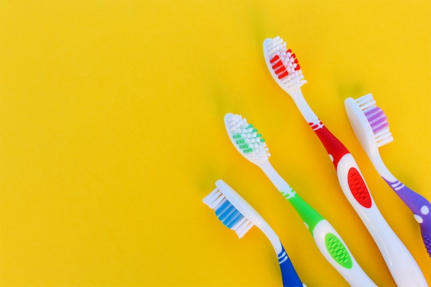Brosses à dents sur fond jaune. vue de dessus.