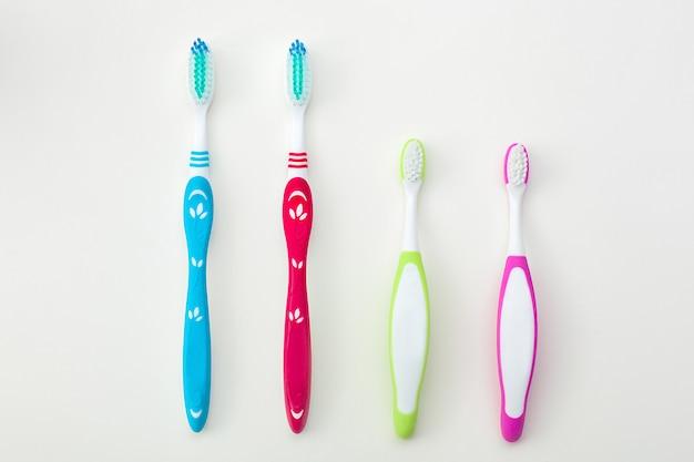 Brosses à dents sur fond neutre. concept d'hygiène familiale.