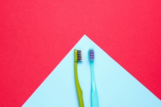Brosses à dents sur papier bleu et rouge