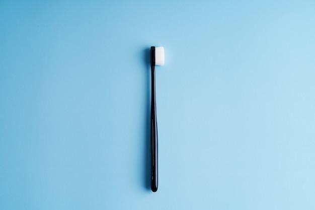 Brosses à dents à poils souples à la mode. brosses à dents populaires. tendances d'hygiène.