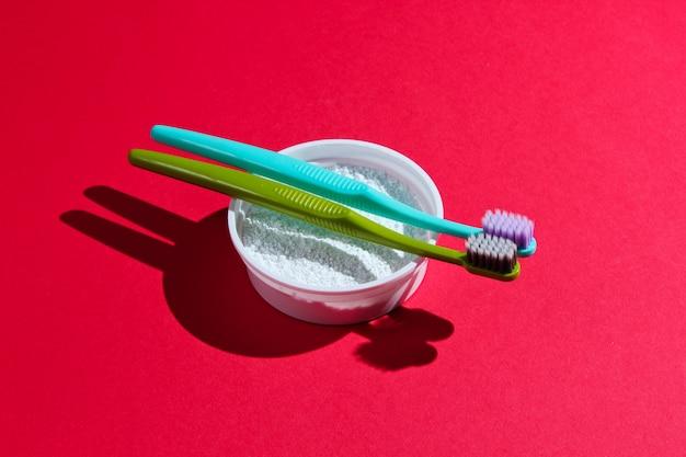 Brosses à dents et poudre à dents
