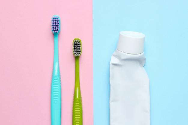 Brosses à dents avec un tube de dentifrice usagé