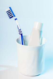 Brosses à dents en verre sur table à la lumière