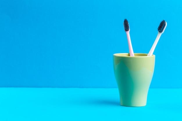 Brosses à dents en verre sur la table