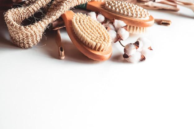 Brosses naturelles en bois et savon sur fond de béton