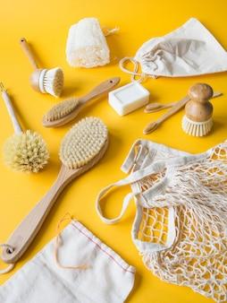 Brosses à vaisselle, brosses à dents en bambou, sacs réutilisables.