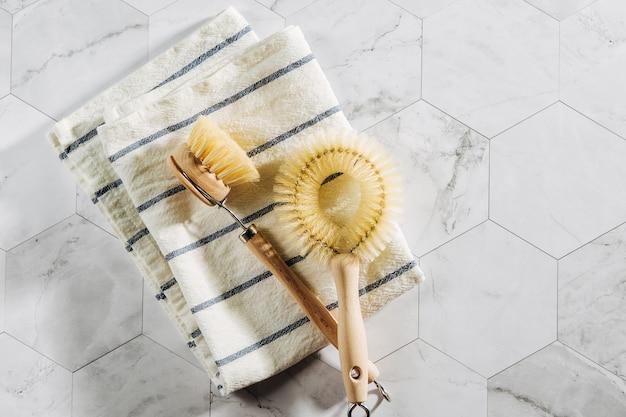 Brosses à vaisselle. respectueux de l'environnement.. concept zéro déchet. sans plastique. mise à plat, vue de dessus