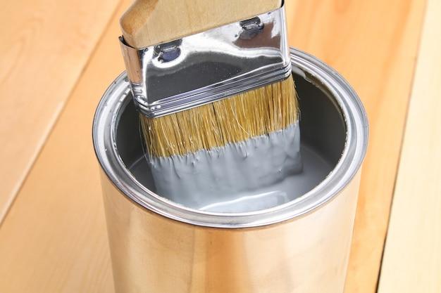 Brossez avec de la peinture à la main.