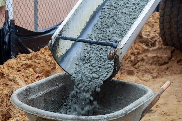Brouette coulant du mortier dans les fondations