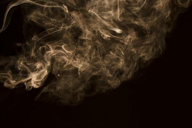 Brouillard blanc tourbillonnant sur fond noir