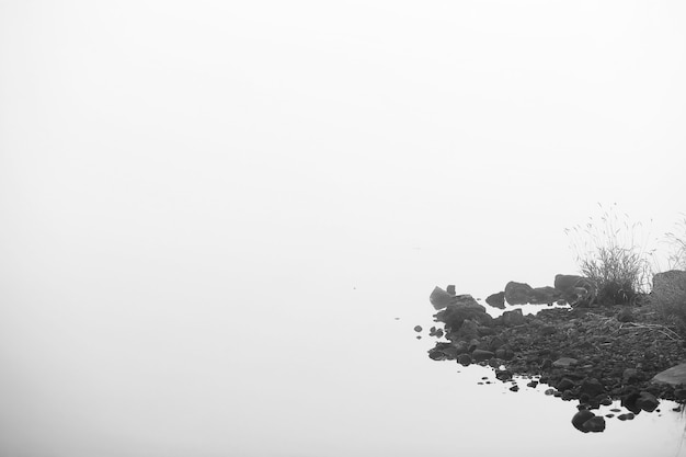 Brouillard dans le lac. eau naturelle du matin et brouillard blanc.