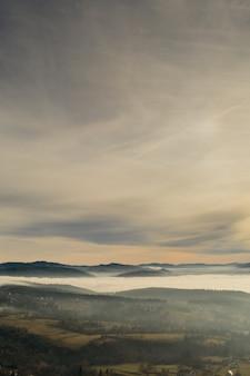 Brouillard dans les montagnes avant le lever du soleil, vallée de montagne avec des nuages. vue sur les montagnes des carpates