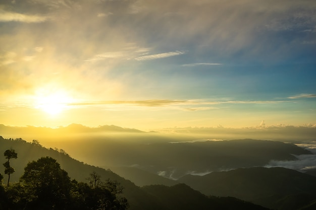 Brouillard dans les montagnes, fantaisie et nature colorée paysage et rayon de soleil à travers les nuages