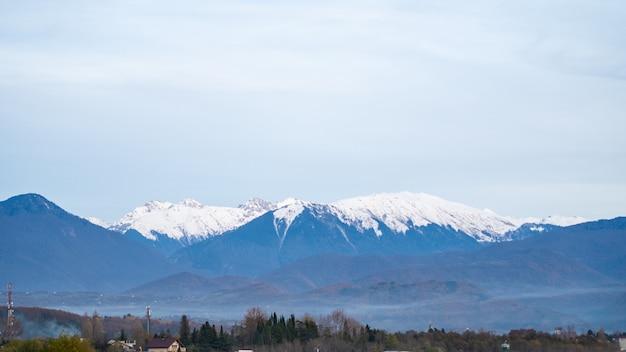 Brouillard dans les montagnes, sommets enneigés, prise de vue horizontale, paysage.