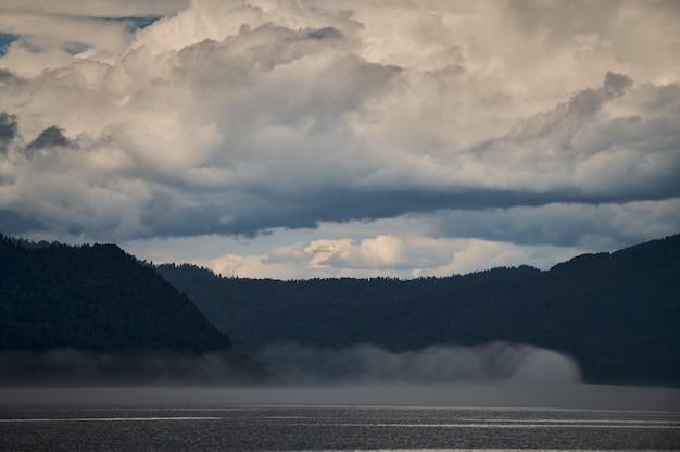 Brouillard dans la vallée de la montagne. brouillard matinal sur le lac dans les montagnes de l'altaï.
