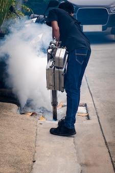 Le brouillard ddt pulvérise un moustique pour tuer le virus