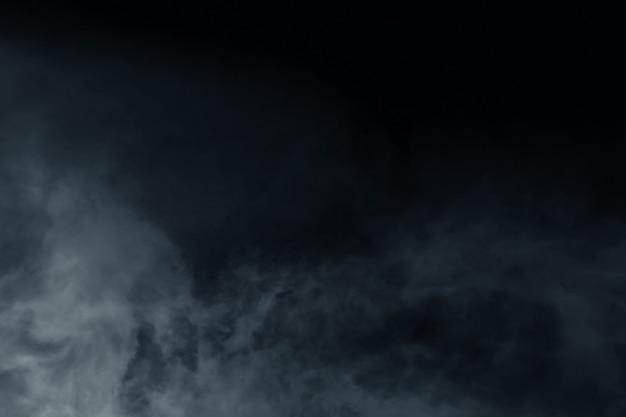 Brouillard avec la lumière sur la pièce sombre