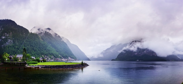 Brouillard magique dans les alpes suisses