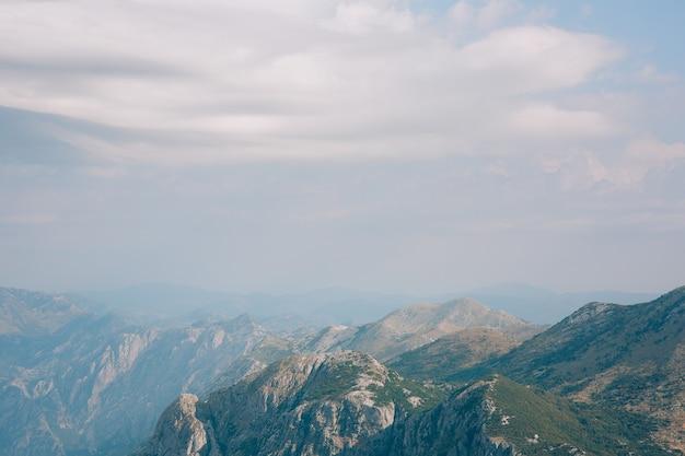 Le brouillard de la montagne komovi negro tombe sur la montagne au coucher du soleil