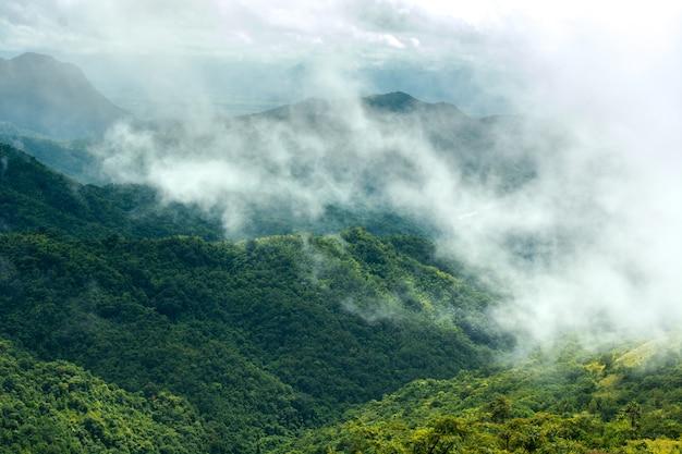 Brouillard et montagnes qui prennent soin de la saison des personnes seules, jour du festival