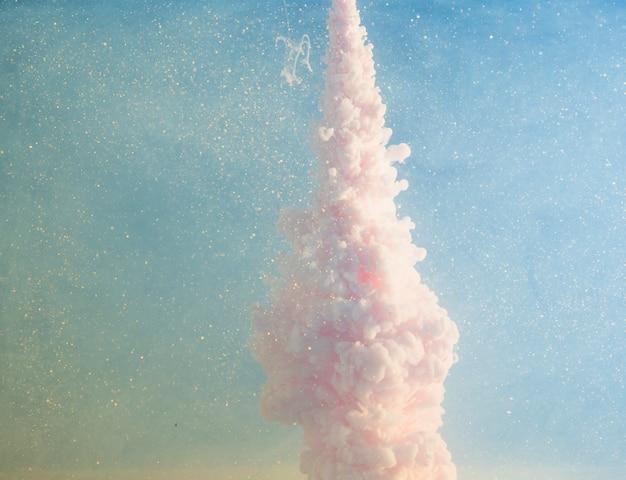 Brouillard rose abstrait entre les morceaux jaunes