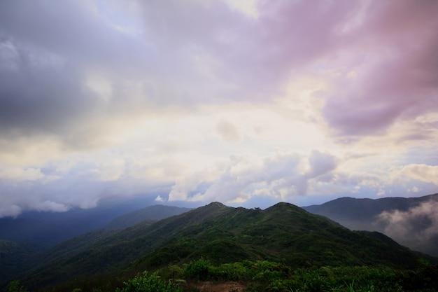 Le brouillard a traversé les montagnes après la pluie