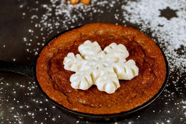 Brownie au chocolat avec des bonbons flocons de neige sur le dessus