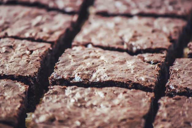 Brownie au chocolat. cuisson maison. mise au point sélective. aliments.