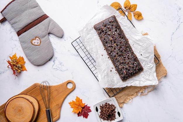 Un brownie au chocolat est une confiserie au chocolat carrée ou rectangulaire