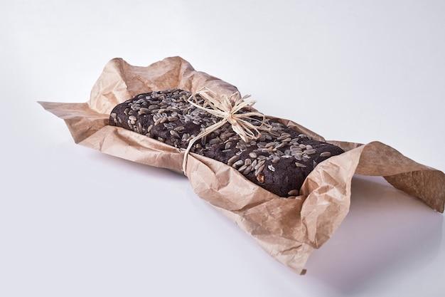 Brownie au chocolat avec des graines dessus, vue d'angle.