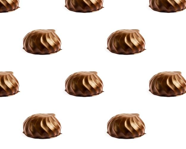 Brownie au chocolat guimauve au chocolat dans un motif de plaque blanche de guimauve au chocolat