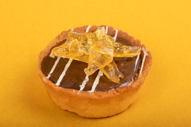 Brownie au chocolat à haute teneur en thc se bouchent sur fond jaune.