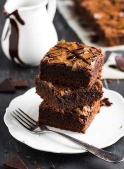 Brownie au chocolat, pile de pâtisseries sur plaque