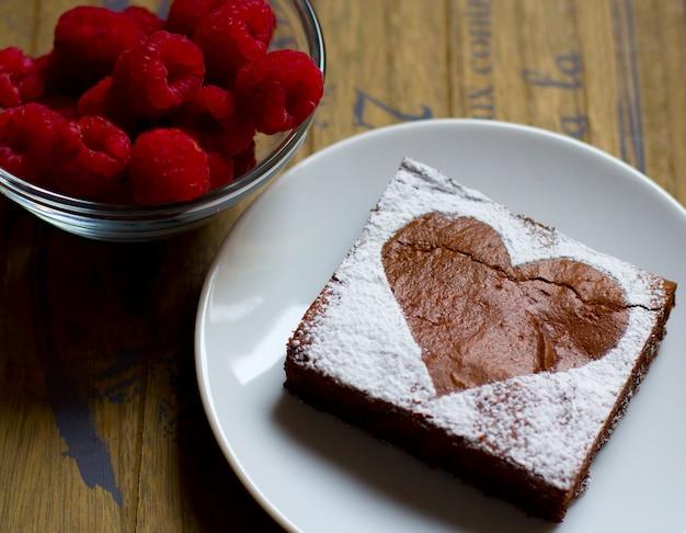 Brownie aux framboises, saint valentin, sur fond de bois