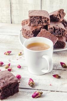 Brownie biscuit maison avec cham vert pour le petit déjeuner. mise au point sélective. fond en bois